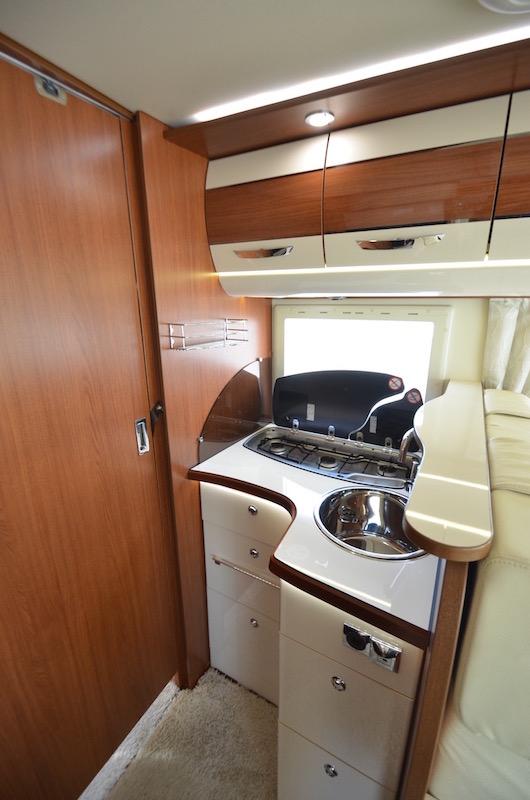 Camping-car Carthago Chic-E Line : Nouveau design en V des faces avant avec la calandre trapézoïdale chromée