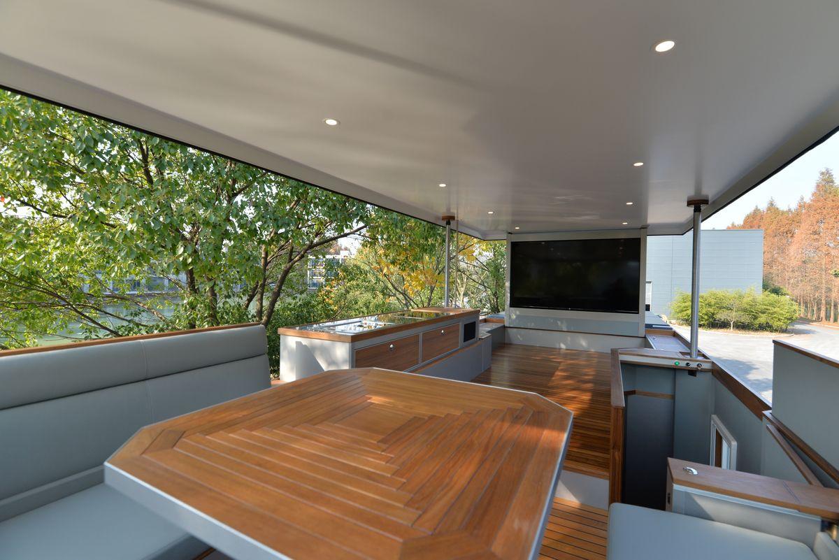 Le Conquerant F, le camping-car poids lourd... avec terrasse | Campingcarlesite